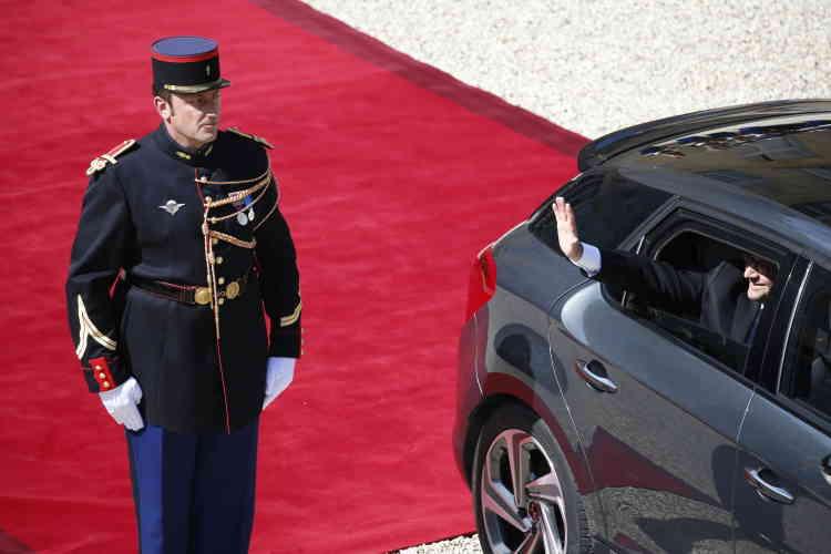 François Hollande quitte la cour de l'Elysée.