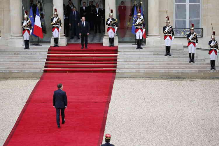 François Hollande accueille Emmanuel Macron, dimanche 14 mai 2017.