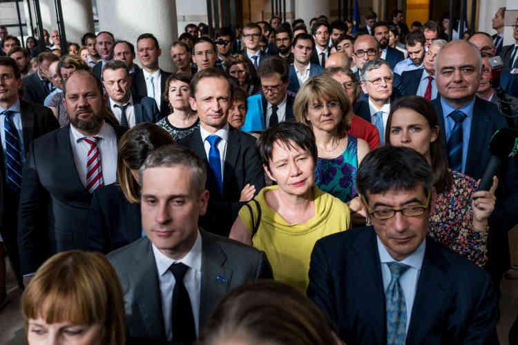 Le personnel du ministère des finances durant les discours des anciens et nouveaux ministres à Bercy.