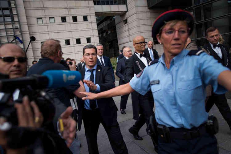 Bruno Le Maire raccompagne Michel Sapin à sa voiture après la passation de pouvoir au ministère de l'économie.