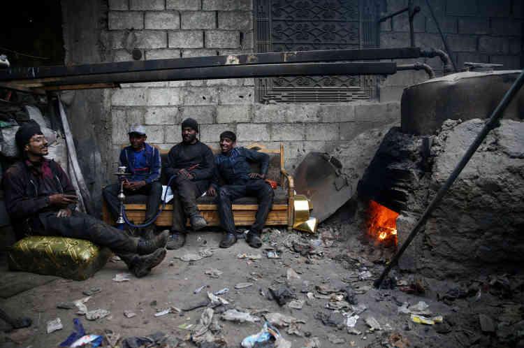 Pour Abou Fahad (deuxième à droite), l'un des fils d'Abou Kassem, le créateur de cette «raffinerie», « il n'y a pas de plaisir dans notre travail. C'est très dangereux et ça nécessite beaucoup de prudence. Quand je vois que le processus est stable, je peux me reposer un peu et fumer le narguilé».