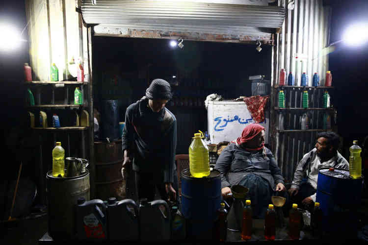 A la boutique, le 12 avril. Les carburants sont ensuite vendus aux clients. Des boulangers, des agriculteurs, des automobilistes...Un litre de carburant benzène se vend 2 200 livres syriennes (4,70 dollars) et un litre de diesel 2 000 livres syriennes.