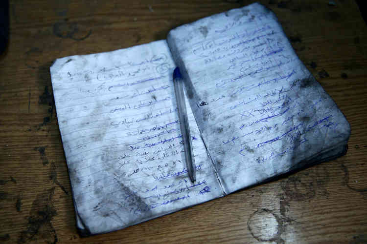 Un cahier où figurent les ordres de livraison sur une table de l'atelier.«Lorsque le siège a commencé à l'est de la Ghouta à la fin de 2013, les prix des carburants se sont envolés et s'en était terminé del'approvisionnement », déclare Abou Firas, 33 ans, un travailleur agricole du district.