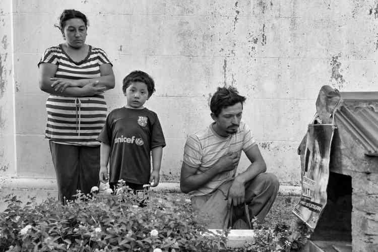 David Rivero et sa famille se recueillent devant la tombe de leur fils, Jose Carlos, décédé par intoxication aux produits agrochimiques.