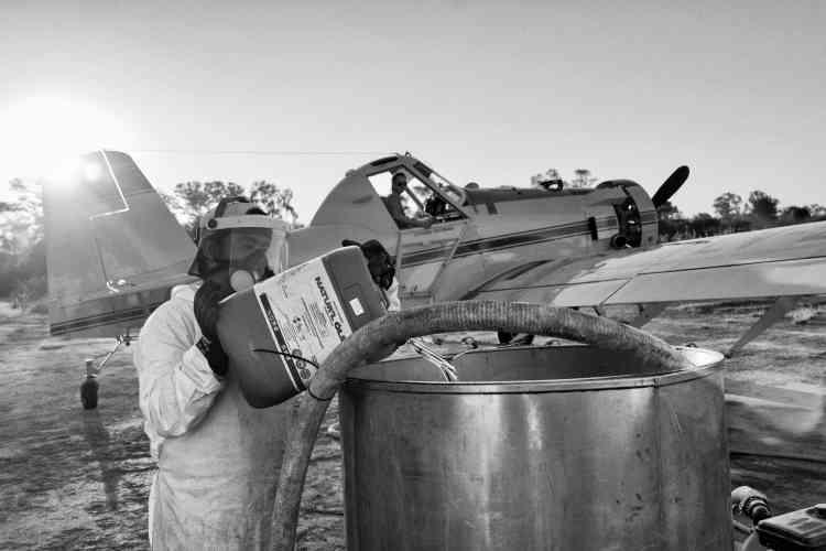 Préparation d'une opération d'épandage aérien à base de glyphosate, à Avia Terai, dans la nord de l'Argentine, en mai 2014.