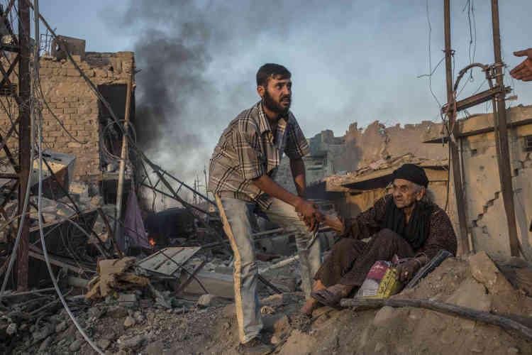 Les balles sifflent toujours. Les Mossouliotes courent, puis parfois s'arrêtent et embrassent leurs sauveurs, prenant leurs têtes entre leurs mains, dans un geste frénétique. Certains regards pourtant indiquent qu'ils les craignent presque tout autant que ceux qu'ils ont fui. L'armée irakienne, sur cette terre sunnite, incarne le douloureux souvenir des années noires de guerre civile.