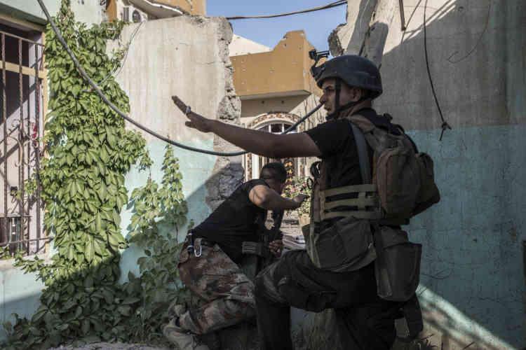 Un des Humvee de la brigade vient d'essuyer un tir de RPG et le tireur est recherché dans les étages des maisons.