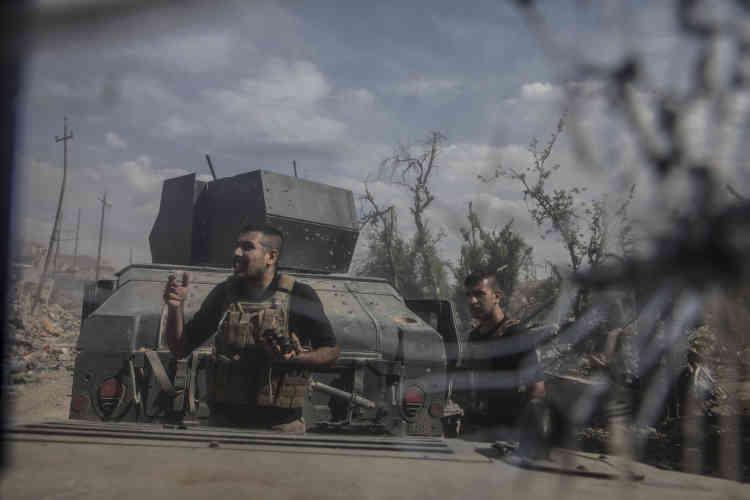 La tête de colonne de la première brigade des forces spéciales irakiennes prend le contrôle d'Al-Sahah, un des derniers quartiers de Mossoul à être encore tenu par l'EI.