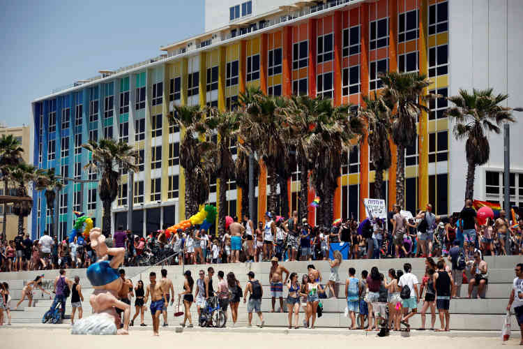 Une foule jeune et joyeuse de dizaines de milliers d'homosexuels, transsexuels et leurs sympathisants a défilé vendredi 9 juin au son de la musique dance à Tel-Aviv, au cours de la plus grande Marche des fiertés du Moyen-Orient.