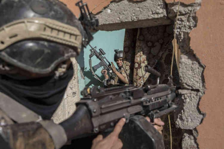 Un commando de sept hommes avance maison par maison pour prendre le contrôle du quartier.