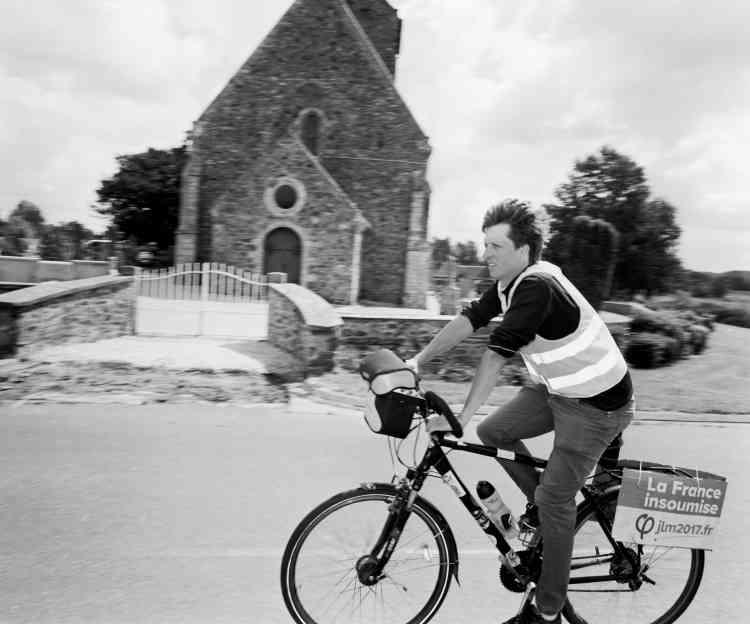 Aurélien Marion, 28ans, est éleveur laitier bio. Ce candidat de la France insoumise dans la Manche a sillonné sa circonscription à vélo.