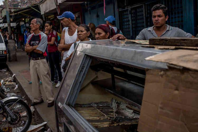 Dans les rues de La Vega, au lendemain d'une nuit de pillage.