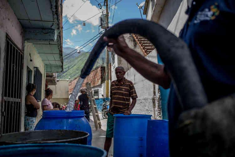 Les quartiers les plus hauts de la capitale subissent des pénuries d'eau. les camions viennent les approvisionner régulièrement. Ici le 9 juin.