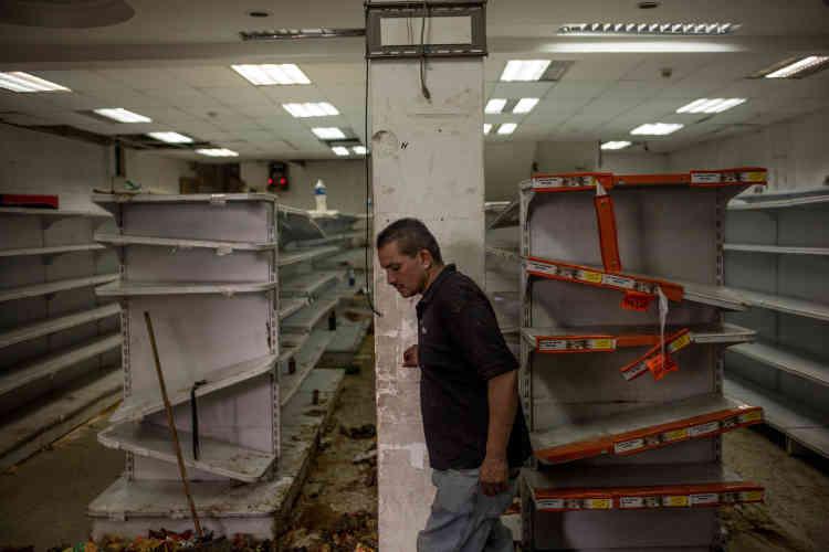 Les rayons des magasins ont été dévalisés.