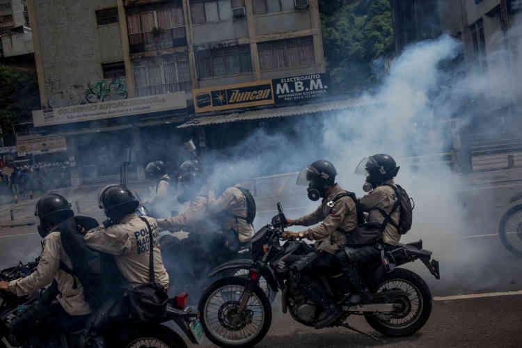 Les forces armées du gouvernement Maduro, aussi appelées la garde nationale vénézuélienne, répriment les manifestants, ici le 24 mai.