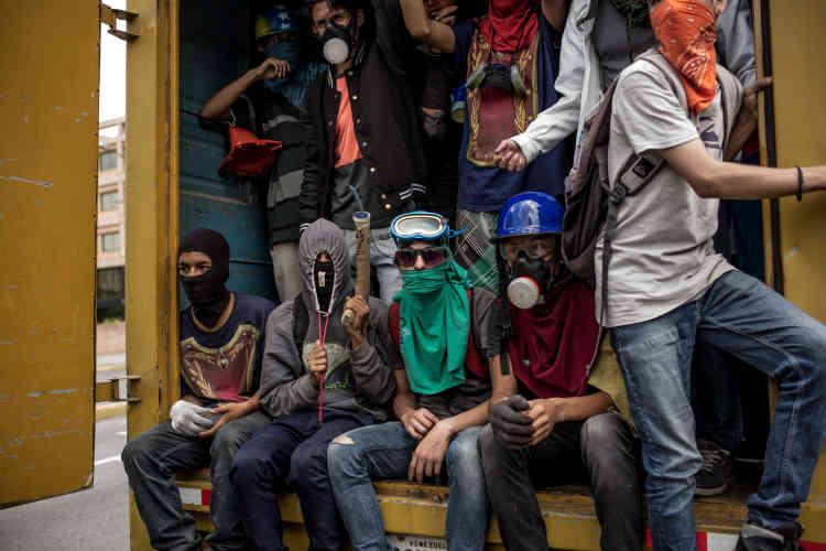 Un groupe d'opposants au gouvernement avant une manifestation, le 27 mai.
