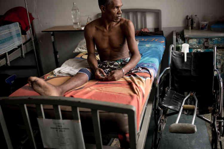 Ce patient a été amputé d'une jambe à cause d'une infection.
