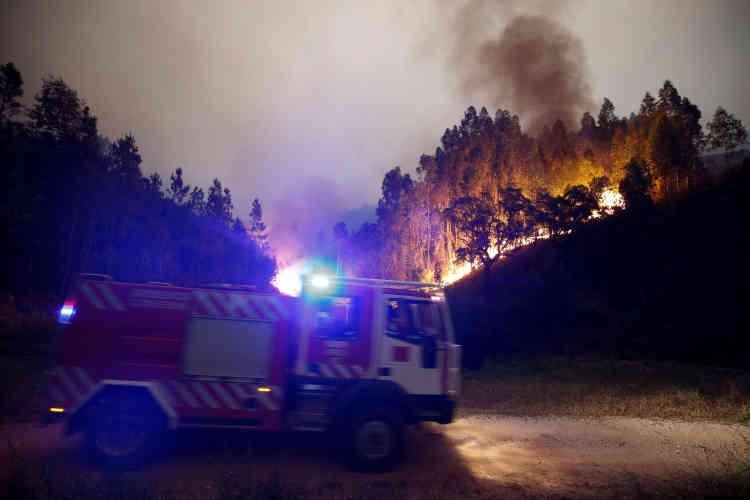 Près de 600 pompiers et 190 véhicules sont toujours mobilisés dimanche matin pour lutter contre cet incendie.