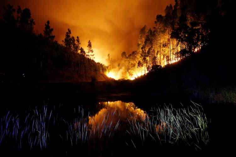 Des dizaines de personnes qui ont fui leurs maisons encerclées par les flammes, et plusieurs villages ont dû être évacués.