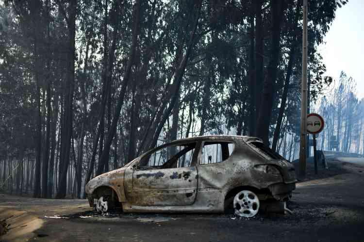Au moins trente des victimes ont été retrouvées mortes dans leursvoituressur la routenationale 236, où elles ont été piégées par les flammes, a précisé le secrétaire d'Etat aux affaires intérieures, Jorge Gomes.