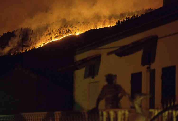 «Il y a des gens qui sont arrivés en disant qu'ils ne voulaient pas mourir dans leurs maisons, qui étaient entourées de flammes», a témoigné aux médias portugais un habitant d'Ansiao, Ricardo Tristao.