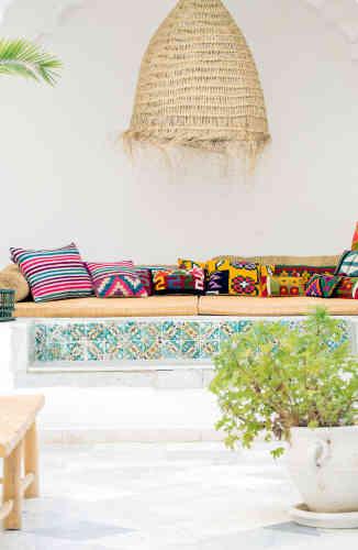 Rock The Kasbah expose du mobilier et de la vaisselle inspirée de la vie locale.