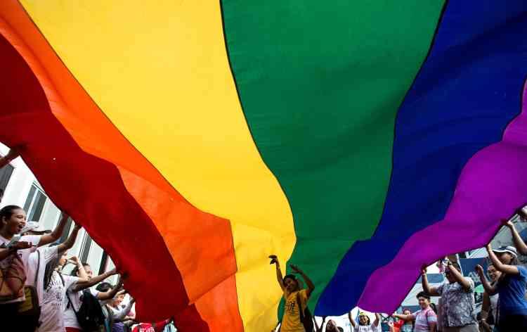 A Manille, un drapeau géant a flotté parmi les manifestants, samedi 24 juin.