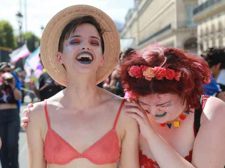 Des milliers de personnes se sont réunies samedi 24 juin pour la quarantième Marche des fiertés parisienne.