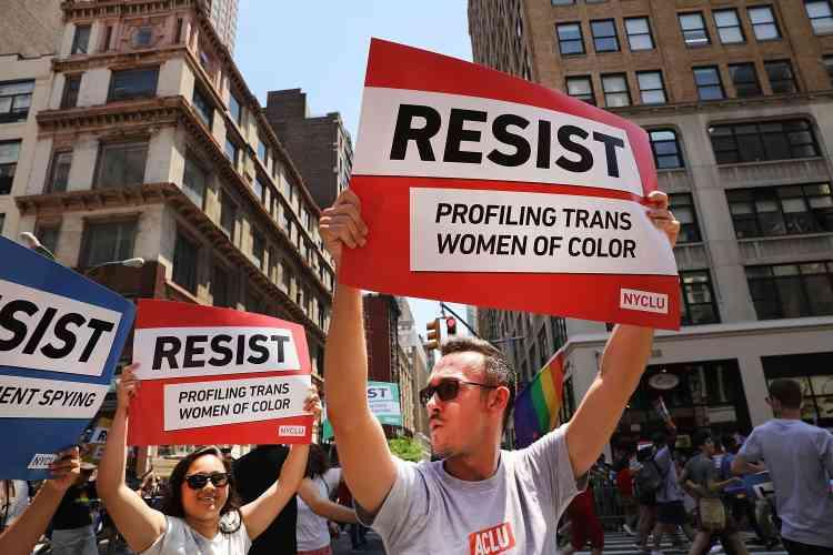 Ce dimanche, à New York, de nombreux cortèges marchaient en brandissant les pancartes « Resist » des opposants à Trump, dénonçant la nouvelle administration et ses projets législatifs.