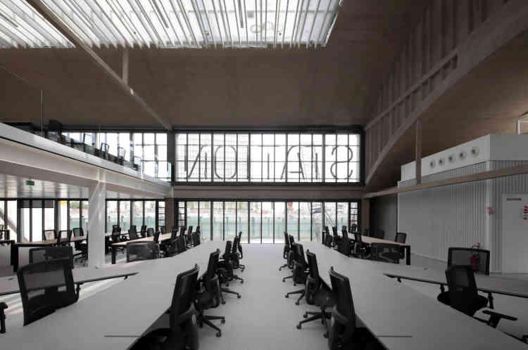 Une salle de travail de la Station F.A 195 euros le poste de travail, le campus offre des prix imbattables par rapport aux standards parisiens.