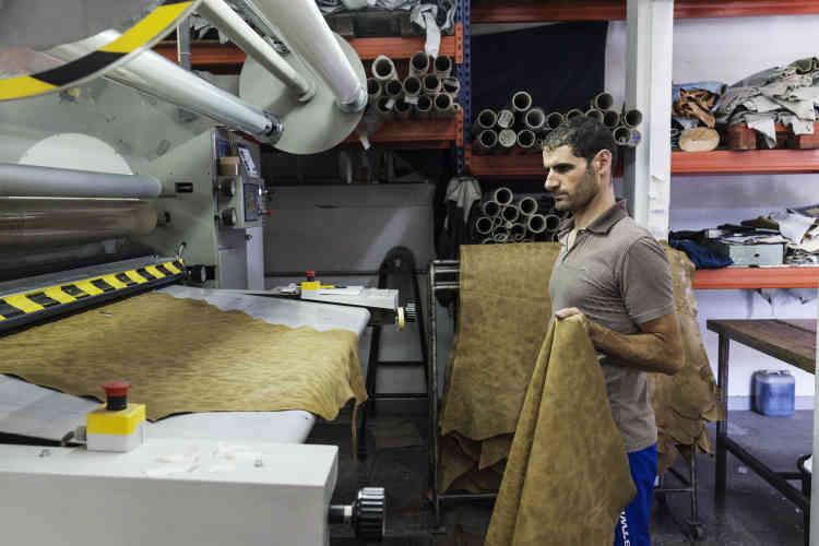 Felmini a intégré une tannerie à ses ateliers afin de maîtriser le travail du cuir. Ici, un salarié prépare une pièce destinée à la fabrication de boots.