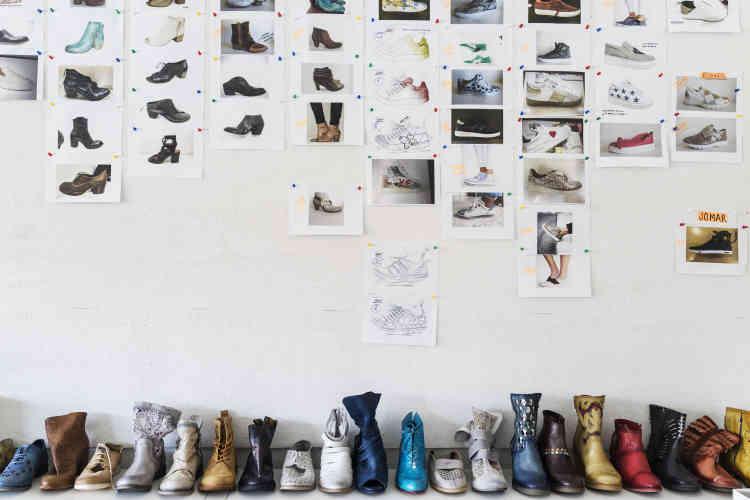 Pour concevoir ses collections, Joaquim Moreira travaille avec trois designers. Dans le bureau au-dessus de l'atelier de production, l'un deux planche sur la prochaine saison.