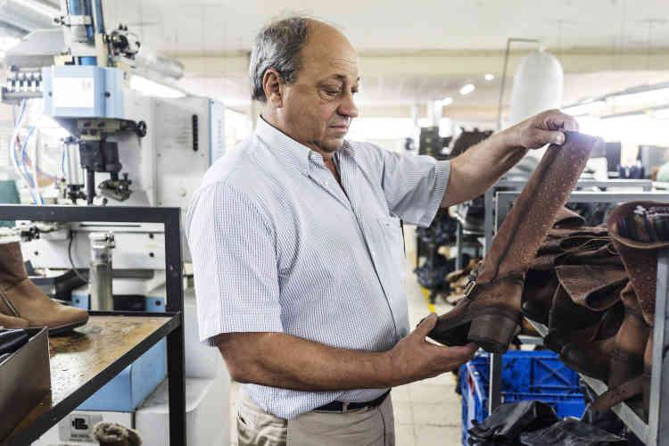 Attentif à chaque détail, Joaquim Moreira accorde une importance particulière à la qualité du cuir. En montant en gamme, son entreprise a su diversifier ses exportations.