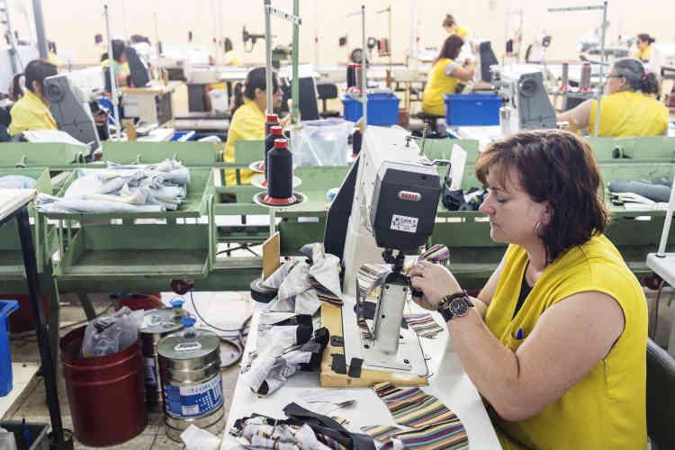 Parmi les 175 salariés de l'entreprise, beaucoup de femmes. Elles travaillent encore selon le savoir-faire traditionnel portugais.