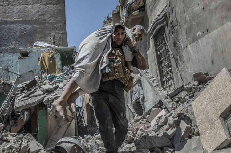 Les forces spéciales aident des civils blessés à évacuer les lieux.