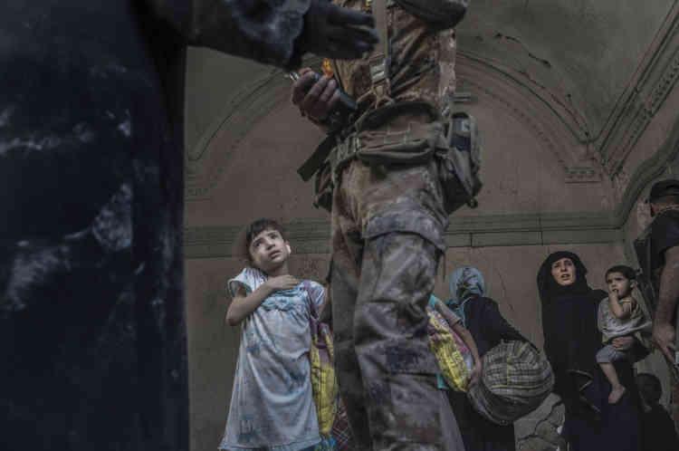Des soldats des forces spéciales parlent avec des membres d'une famille rescapée.