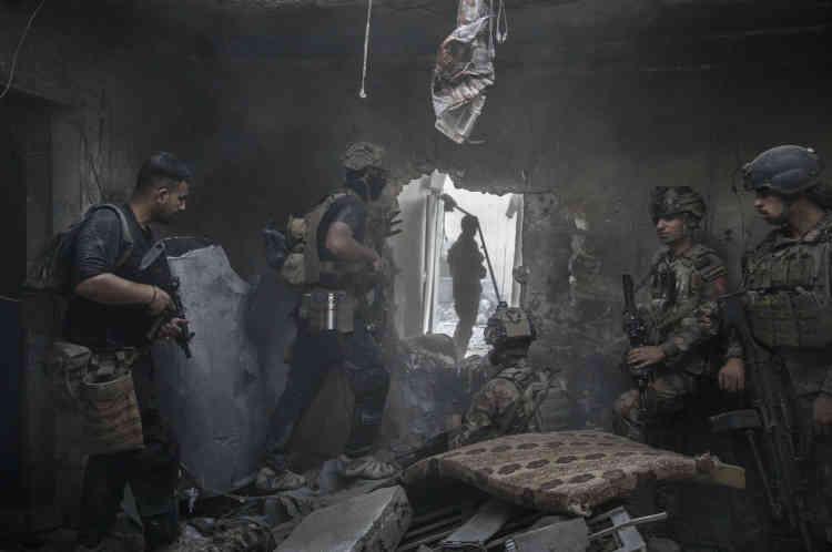 Les forces spéciales irakiennes avancent maison après maison, dans les décombres.