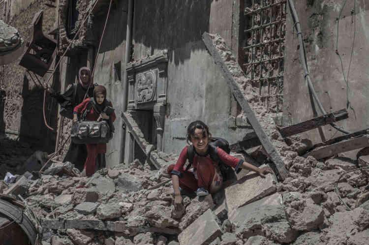Des civils se dirigent vers des soldats des forces spéciales pour atteindre la zone libérée de la présence de l'EI.