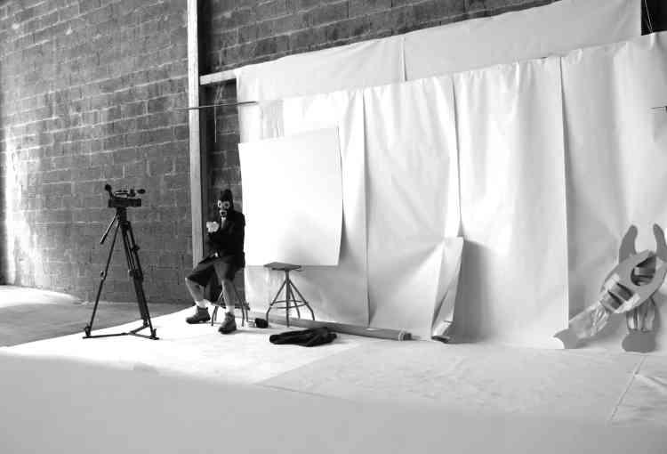 """« Les (fausses) conférences auraient pu s'appeler les fausses confidences, bien sûr. Ce film a été réalisé dans une usine vide, en total low-cost! Du carton, des ciseaux, de la lumière, une caméra et hop. Mon mannequin réalisé par Pierre-Olivier Persin, spécialiste d'effets spéciaux, est accompagné d'un rotorelief immobile sur lequel est écrit : """"Je n'ai pas envie d'en parler"""".»"""