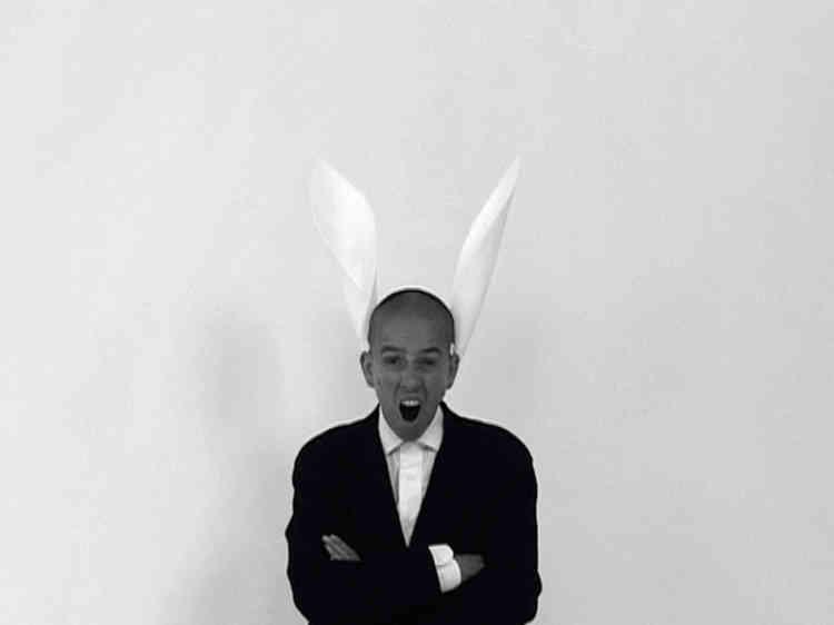 """«""""Hi-Han Song"""" est inspiré par le """"Kyrié Asini"""" (enregistrement du Clementic Consort ), le médiéval Kyrié des ânes. Ce sont des chants lithurgiques conventionnels qui peu à peu deviennent disgracieux et insupportables et ressemblent au braiement de l'âne. Donc plus de dévotion, dans la Fête des fous, mais des parodies et moqueries. Les rôles sont inversés. On m'y voit ridicule avec des oreilles d'âne sur fond de peinture. Je chante Hi-Han et c'est horrible. """"Fair Is Foul and Foul Is Fair !""""»."""