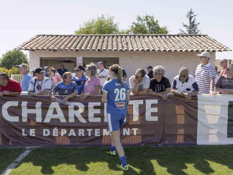 Après le match. Match de Première division de football féminin (D1 féminine) entre ASJ Soyaux Charente et l'ASPTT Albi au stade Léo Lagrange à Soyaux