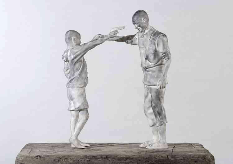 Adel Abdessemed offre «Chicos», un groupe sculptural montrant deux jeunes garçons qui se sourient alors qu'ils pointent leurs armes l'un sur l'autre. Au lieu d'imposer un jugement, la composition capte l'étrangeté de la situation. Pour le spectateur, l'âge, le sourire et le jeu des garçons coexistent avec les images d'enfants soldats diffusées par les médias. La céramique blanche accentue la fragilité et la délicatesse de la scène où un geste potentiellement mortel serait un jeu, simultanément innocent et dangereux.