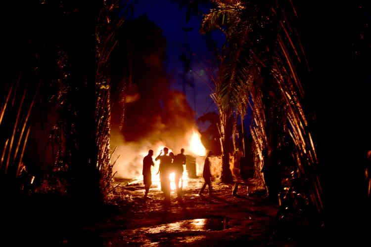 A partir de pétrole brut acheté à des pirates et autres bandits spécialisés dans le perçage des pipeline, Stanley, un ancien pêcheur, produit 30000litres par nuit, qu'il écoule dans la région mais aussi au Bénin et au Cameroun voisins.