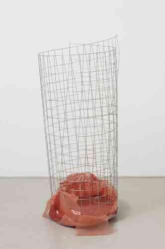 L'artiste Nairy Baghramian est reconnue pour ses sculptures et installations in situ qui utilisent, démantèlent et révèlent le corps humain et sa gestuelle. «Waste Basket (Bins for rejected ideas)» prend la forme d'une corbeille à papier au maillage en fil de fer et au fond orange où, on imagine, sont tapis les idées et projets non réalisés chers à l'artiste.