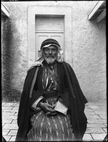 «Ibrahim al-Toual fut le guide de la caravane de l'Ecole biblique de Jérusalem lors de leurs déplacements en Jordanie de Mādabā à Pétra. Pour ce portrait posé, l'homme a mis ses beaux vêtements, tunique de soie, poignard en manche orné.»