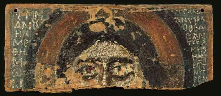 «Ce fragment de bois peint sur lequel se dévoile le regard expressif du Christ est entouré d'inscription en copte. Le copte est une forme d'égyptien ancien, son écriture a été empruntée au grec et adaptée. »