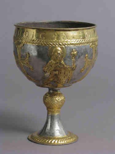 « Ce calice fait partie des 14 pièces qui composent le trésor d'une église de la ville d'Attarouthi en Syrie. Ce calice en or et en argent, comme les autres pièces qui le composent, sont des donations des habitants de la ville. »