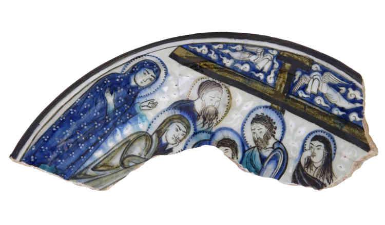 «Ce fragment provient d'une grande coupe ornée dont un autre fragment est conservé au Musée d'art islamique du Caire. Cette image de douleur est très répandue dans la chrétienté orientale. Si l'iconographie est proche du modèle byzantin, le style, lui, traduit une influence islamique.»