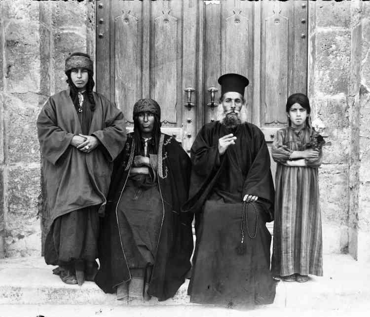 «Cette photographie date probablement de 1910-13. Il s'agit d'un prêtre grec catholique, de sa femme et de ses deux filles. Il n'était pas rare que les prêtres de paroisse soient ordonnés après leur mariage.»