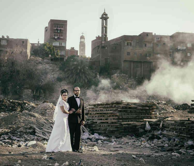 """«Le projet """"A Blessed Marriage"""" du photographe copte Roger Anis et son épouse Karoline est né deux ans avant leur union. Ce projet personnel introduit les questionnements d'un jeune couple, les peurs, les rêves, les espoirs, et le poids des traditions. """"Il y a toujours des défis à relever pour un couple en Egypte"""", confie Roger Anis.»"""